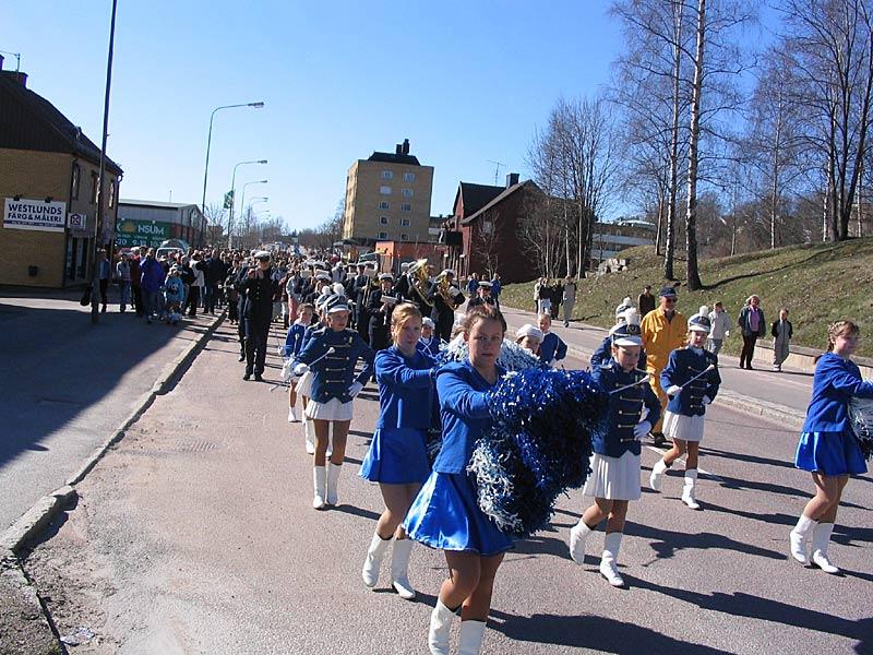 Grumsdrillen och Gruvöns musikkår i påskparaden 2004.